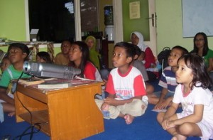 Menonton Film 'UP' di Ruang Baca Anak ICBC. Ekspresi ketegangan yang hakiki, dari kanak-kanak hingga dewasa...