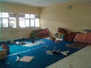 barak pengungsian di SMK Cangkringan yang ditinggalkan dengan tergesa-gesa (4/11/2010)