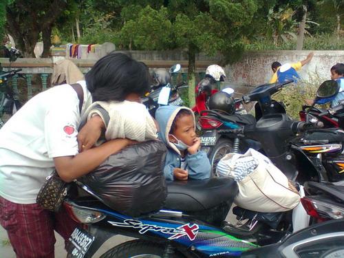 Ada apa hari ini? Kemana lagi setelah ini? Seorang anak di halaman TPS Umbulmartani (4/11/2010)