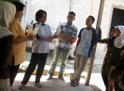 Ibu Murjiyati menunjukkan bibit Nata de Cassava